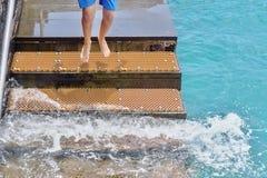 Ein Treppenhaus f?r Badeg?ste im Atlantik, ein junger Mann, der unten springt lizenzfreie stockbilder