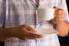 Ein trinkender Kaffee des Mannes im Haus Stockbild