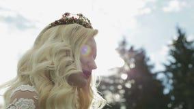 Ein trinkender Tee der jungen blonden Braut Sie ist glücklich stock video