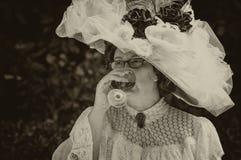 Ein trinkender Wein ` Belle Epoque-` Dame Lizenzfreie Stockfotos