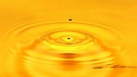 Ein Tropfen des goldenen Wassers Makro Lizenzfreie Stockfotos