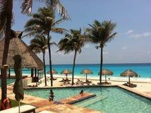 Ein tropischer Nachmittag durch das Pool in Cancun, Mexiko Lizenzfreie Stockfotos