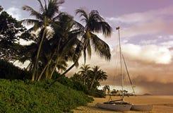Ein tropischer Strand an der Dämmerung Stockfotografie