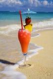 Ein tropisches Getränk auf einem hawaiischen Strand Lizenzfreies Stockfoto