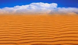 Ein Trugbild in der Wüste Eingebildetes Bild des Himmels stockfoto