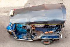 Ein tuk-tuk Fahrer wartet auf Kunden Lizenzfreie Stockfotografie