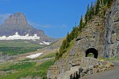 Ein Tunnel auf dem `, das zum Sun-Straße ` im Glacier Nationalpark geht Lizenzfreies Stockfoto