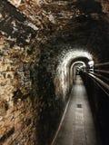 ein Tunnelweg im Weinkeller oder in einem Abwasserkanal unter dem Boden Stockfotos