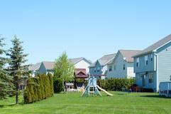 Ein typischer amerikanischer Hinterhof mit Kinderspielplatz lizenzfreies stockfoto