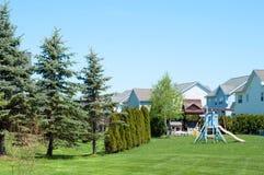 Ein typischer amerikanischer Hinterhof mit Kinderspielplatz lizenzfreies stockbild