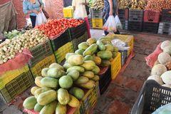 Ein typischer Markt in Caracas mit frischen Früchten lizenzfreies stockfoto