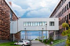 Ein umfaßter Wanderweg zwischen zwei Bürogebäuden Lizenzfreies Stockfoto