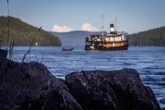Ein umgewandeltes Schlepperboot in Alaska Lizenzfreie Stockfotos