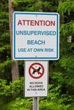 Ein unüberwachter Strand der Aufmerksamkeit ohne Hunde erlaubte Zeichen stockfotografie