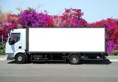 Ein unbelegtes weißes Zeichen auf einem weißen LKW lizenzfreies stockfoto