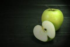 Ein und halb grüne Äpfel Stockfotografie