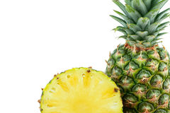 Ein und halbe reife geschmackvolle Ananas lokalisiert auf weißem Hintergrund stockbild
