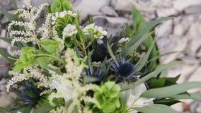 Ein ungewöhnlicher Blumenstrauß einer Braut im Stil eines boho, rustikale Nahaufnahme stock video