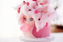 Ein ungewöhnlicher rosa Kuchen Stockfotografie