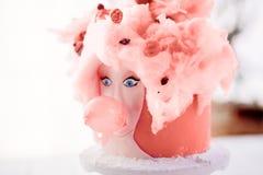 Ein ungewöhnlicher rosa Kuchen lizenzfreie stockfotografie