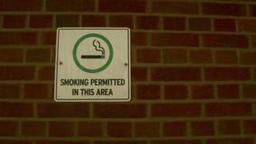 Ein ungewöhnliches Zeichen des erlaubten Rauchens lizenzfreies stockbild