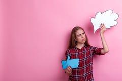 Ein unglückliches Mädchen, Griffe ein Bild des Gedankens oder der Idee und ein Zeichen des Feedbacks greifen oben und Blicke an i Stockbild