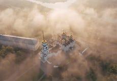 Ein unglaublich schöner nebelhafter Morgen über Vladimir Vogelperspektive auf Annahme-Kathedrale im Nebel Russland vladimir stockbilder