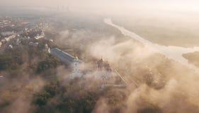 Ein unglaublich schöner nebelhafter Morgen über Vladimir Vogelperspektive auf Annahme-Kathedrale im Nebel Russland vladimir lizenzfreie stockfotos