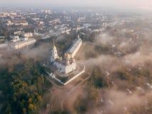 Ein unglaublich schöner nebelhafter Morgen über Vladimir Vogelperspektive auf Annahme-Kathedrale im Nebel Russland vladimir stockfotografie