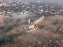 Ein unglaublich schöner nebelhafter Morgen über Vladimir Vogelperspektive auf Annahme-Kathedrale im Nebel Russland vladimir lizenzfreies stockbild