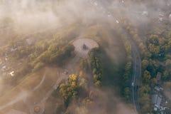 Ein unglaublich schöner nebelhafter Morgen über Vladimir Vogelperspektive der Aussichtsplattform im Nebel Russland vladimir lizenzfreies stockfoto