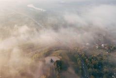 Ein unglaublich schöner nebelhafter Morgen über Vladimir Vogelperspektive der Aussichtsplattform und des Flusses Klyazma im Nebel lizenzfreie stockfotos