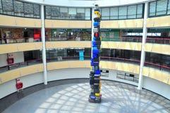 Ein unglaublicher Turm von Koffern am Santiago-Flughafen Lizenzfreie Stockfotografie