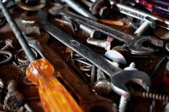 Ein unordentliches Bündel Werkzeuge auf Tabelle lizenzfreies stockfoto