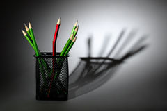 Ein unterbrochener Bleistift und neue Bleistifte im Cup Stockbild