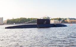 Ein Unterwasser-Krasnodar festgemacht gegen Admiralitäts-Damm Lizenzfreie Stockfotografie
