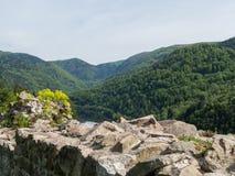 Ein vallley und ein See von auf einer Wand von Ruinen Stockfotografie