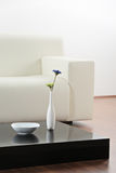 Ein Vase und eine Blume am Tisch Stockfotos