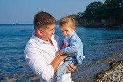 Ein Vater und eine Tochter auf einem Strand Lizenzfreie Stockfotos