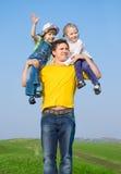 Ein Vater und seine zwei Töchter Lizenzfreies Stockfoto