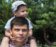 Ein Vati und ein Sohn im Park stockbilder