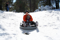 Ein Vati-und Tochter-Rennen hinunter einen Snowy-Hügel stockbilder