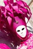Ein venetianisches in einem rosafarbenen Kostüm Stockfoto