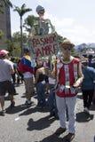 Ein venezolanischer Marsch während eines Protestes gegen Maduro-Regierung als Unterstützung für Juan Guaido lizenzfreie stockfotos