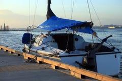 Ein verankertes Boot am Sonnenuntergang. Lizenzfreie Stockfotos