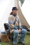 Ein verbündeter Sergeant wartet durch sein Zelt lizenzfreies stockfoto