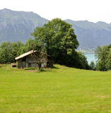 Ein verfallenes Haus durch den See Stockbilder