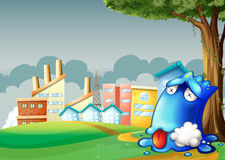 Ein vergiftetes blaues Monster, das unter dem Baum über dem buildi stillsteht Stockfotografie