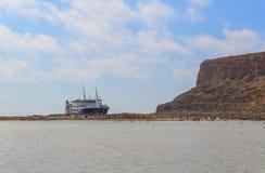 Ein Vergnügungsdampfer holte Touristen in einer malerischen Bucht auf dem Mittelmeer, Draufsicht Strand von Balos Baynear die gri stockfotografie