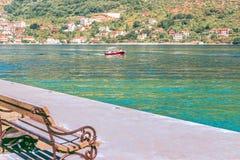 Ein Vergnügungsdampfer nahe dem Dorf von Donji Stoliv nahe der Stadt von Perast, die Bucht von Kotor, das adriatische Meer, Monte Lizenzfreie Stockbilder